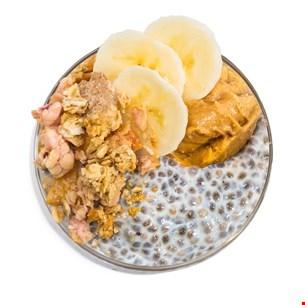 Budincă de chia cu banane, unt de arahide și musli crunch