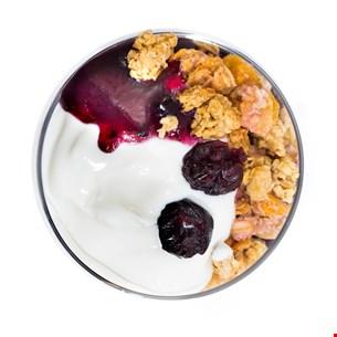 Iaurt grecesc cu gem de afine, musli crunch și merișoare